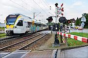 Nederland, Venlo, 20-5-2015Hoek over de spoorwegovergang bij de Vierpaardjes en de Broekestraat die een groot deel van de dag gesloten is vanwege het drukke treinverkeer.Een rijdende, trein van de duitse vervoerder Eurobahn transport. Het bedrijf verzorgt de treinverbinding tussen Nederland en Mongengladbach in Duitsland. FOTO: FLIP FRANSSEN/ HOLLANDSE HOOGTE