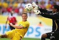 v.l. Anders Svensson , Torwart Shaka Hislop Trinidad<br /> Fussball WM 2006 Trinidad und Tobago - Schweden <br /> Sverige<br /> <br /> Norway only