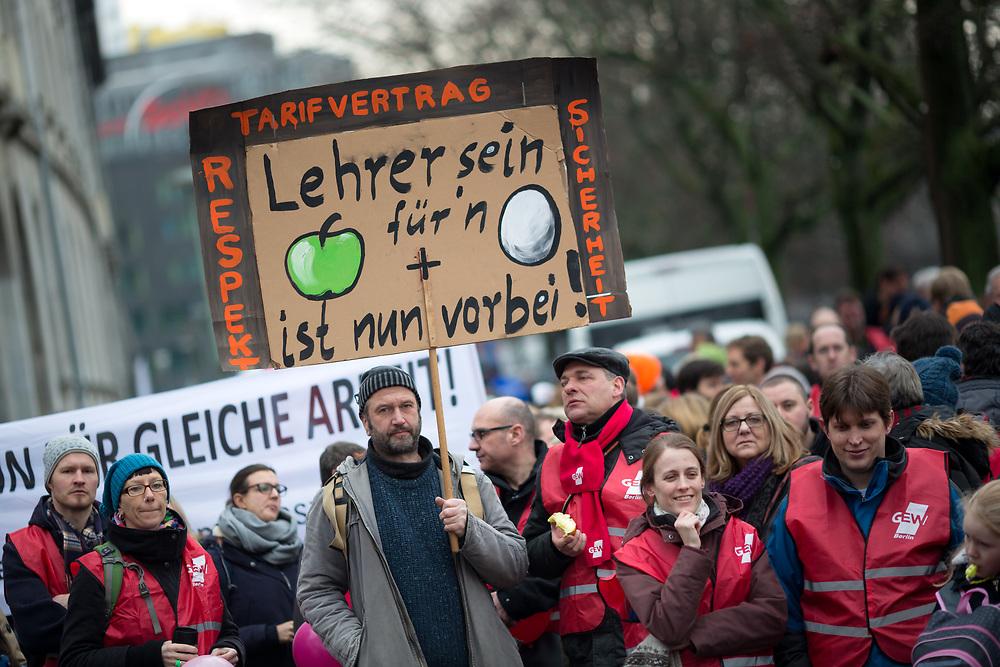 Lehrer-Warnstreik Berlin: Rund 400 angestellte Lehrer von 46 Schulen beteiligen sich an einer Kundgebung vor der Berliner Finanzveraltung. Die angestellten Lehrer demonstrieren für die gleiche Bezahlung wie ihre verbeamteten Kollegen. Die Bildungsgewerkschaft Erziehung und Wissenschaft (GEW) kündigt an, die Lehrer aller Schulen zum Streik aufzurufen, sollte sich die Finanzverwaltung nicht bewegen.  <br /> <br /> [© Christian Mang - Veroeffentlichung nur gg. Honorar (zzgl. MwSt.), Urhebervermerk und Beleg. Nur für redaktionelle Nutzung - Publication only with licence fee payment, copyright notice and voucher copy. For editorial use only - No model release. No property release. Kontakt: mail@christianmang.com.]
