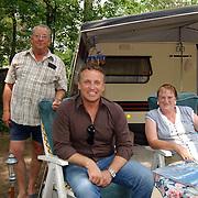 """Uitreiking DVD Sjaak Bral """"Hurken in de Berm"""", Gordon Heuckeroth bij de caravan"""