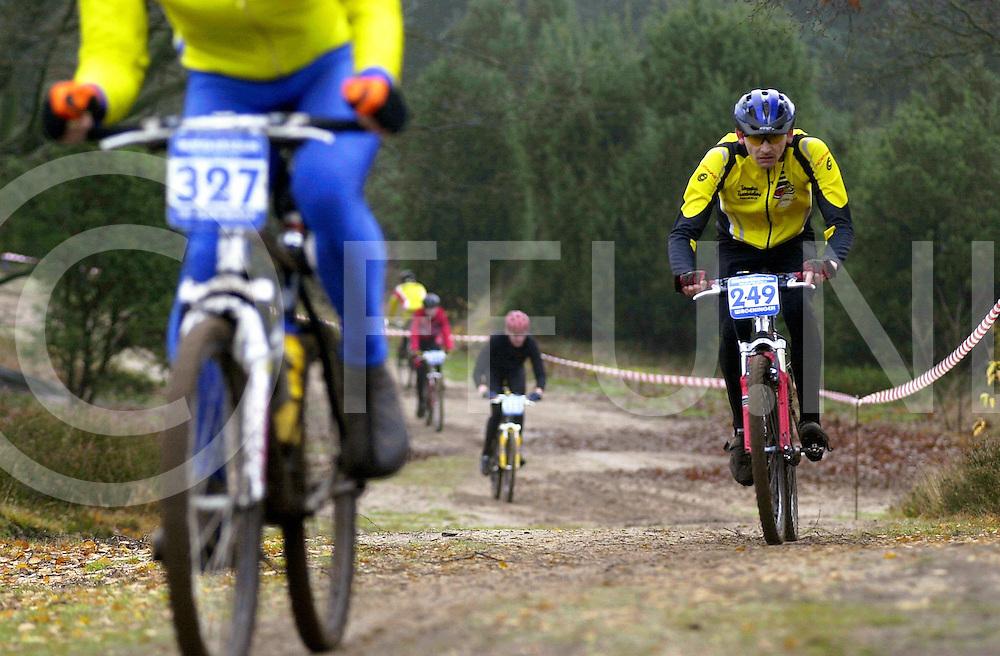 fotografie frank uijlenbroek©2001 michiel van de velde.011202 lemele ned.mountainbike wedstrijden op de lemelerberg waar alle klassen tegelijk reden .