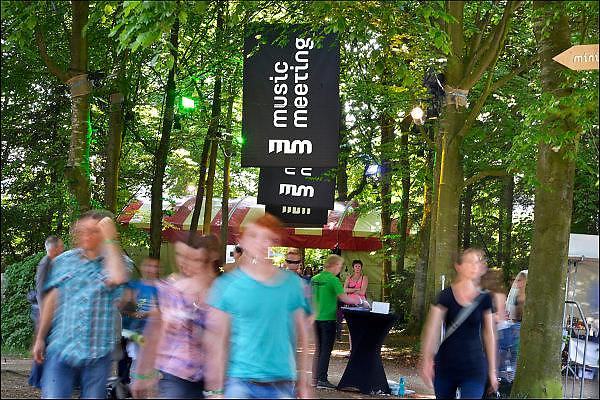 Nederland, Nijmegen, 24-5-2015MusicMeeting. Fesivalterrein in park Brakkenstein. Sfeerimpressie. Traditioneel met pinksteren. Het mooie weer zorgde voor veel bezoekers en een goede sfeer. Optredens van bands, artiesten, acts uit de wereld muziek, worldmusic.Musicfestival for worldmusic MusicMeeting in park Brakkenstein in Nijmegen.Foto: Flip Franssen/Hollandse Hoogte
