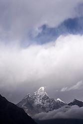 """THEMENBILD - Ama Dablam (6814 m). Wanderung im Sagarmatha National Park in Nepal, in dem sich auch sein Namensgeber, der Mount Everest, befinden. In Nepali heißt der Everest Sagarmatha, was übersetzt """"Stirn des Himmels"""" bedeutet. Die Wanderung führte von Lukla über Namche Bazar und Gokyo bis ins Everest Base Camp und zum Gipfel des 6189m hohen Island Peak. Aufgenommen am 11.05.2018 in Nepal // Trekkingtour in the Sagarmatha National Park. Nepal on 2018/05/11. EXPA Pictures © 2018, PhotoCredit: EXPA/ Michael Gruber"""