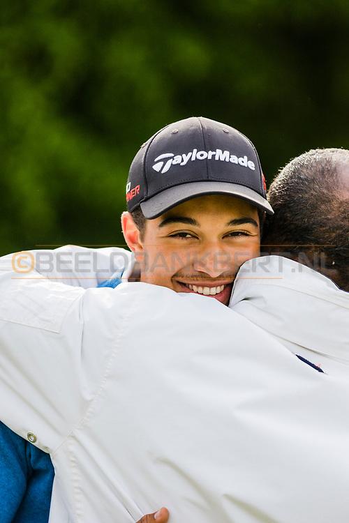 17-05-2015 NGF Competitie 2015, Hoofdklasse Heren - Dames Standaard - Finale, Golfsocieteit De Lage Vuursche, Den Dolder, Nederland. 17 mei. Heren Noordwijkse: Max Albertus , feesten na de overwinning.
