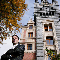 Belgie,Esneux ,20 oktober 2008..Arthur Paes Vastgoedhandelaar en Koning van Somey (Ghana) voor zijn kasteel in Esneux. Real Estate dealer and king of Somey (Ghana) Arthur Paes at  his castle in Esneux, Belgium.Foto: Jean-Pierre Jans