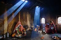 Inde, Gujarat, Kutch, village de Ludiya, population d'ethnie Meghwal, cuisine traditionelle // India, Gujarat, Kutch, Ludiya village, Meghwal ethnic group, women working in the kitchen