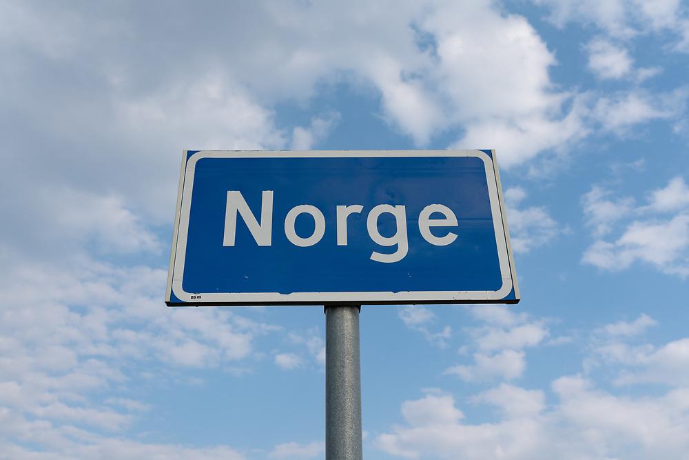 Stedsnavnskilt med tekst «Norge» ved grensepassering fra utlandet.