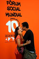 Um casal beija-se durante o Fórum Social Mundial 2010 em Porto Alegre, Sul do Brasil, 28 de janeiro de 2010. FOTO: Jefferson Bernardes/Preview.com