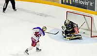 Ishockey, Get-ligaen, 16. februar 2016, Oilers - Vålerenga.  Tobias Lindstrøm scorer på straffe. Foto: Tore Fjermestad