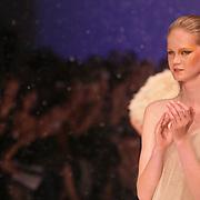 NLD/Amsterdam/20080723 - Modeshow Jan Taminiau tijdens AIFW 2008, model showt kleding