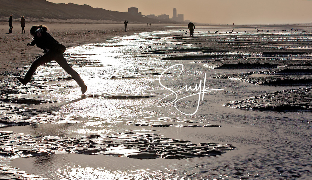 BLOEMENDAAL AAN ZEE - Wandelaars maandag op het strand bij Parnassia in Bloemendaal aan Zee. Nadat het zondag stormachtig was, was het maandag prachtig winterweer. ANP COPYRIGHT KOEN SUYK