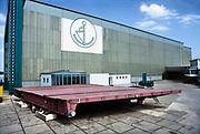 Nederland, Deest, 20-6-1995In Deest bij Druten aan de Waal ligt de moderne scheepswerf Ravestein . Het staalbedrijf is gespecialiseerd in zware metalen constructies zoals bruggen, ophaalbruggen,roll on roll off systemen, sluisdeuren en speciale pontons . Hier wordt gewerkt aan een ophaalbrug voor de Spaarne in Haarlem .Ontwerp, constructie, transport en installatie van een grote asymmetrische basculebrug over de rivier de Spaarne voor de gemeente Haarlem in Nederland.Constructiebedrijf . Foto: Flip Franssen