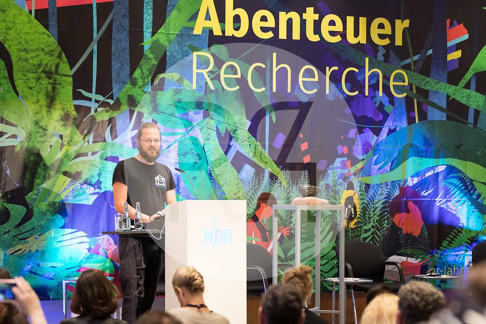 DEUTSCHLAND - HAMBURG - Arne Semsrott, Frag den Staat, spricht die Laudatio zur Verleihung der 'Verschlossenen Auster' an der netzwerk recherche e.V. Jahreskonferenz 2019 - 15. Juni 2019 © Raphael Hünerfauth - http://huenerfauth.ch