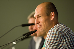 14.05.2013, Allianz Arena, Muenchen, GER, UEFA CL, FC Bayern Muenchen, Medientag, im Bild Arjen ROBBEN (FC Bayern Muenchen) gutgelaunt // during the open media day of FC Bayern Munich in front of the UEFA Champions League Final 2013 held at the Alianz Arena, Munich, Germany on 2013/05/14. EXPA Pictures © 2013, PhotoCredit: EXPA/ Eibner/ Wolfgang Stuetzle..***** ATTENTION - OUT OF GER *****