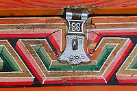 Mongolie. Province de Tov. Interieur de yourte. Meuble traditionel. Serrure. // Mongolia. Tov province. Inside yurt. Traditional furniture. Lock.