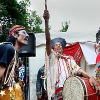 Nederland, Amsterdam , 1 juli 2013.<br /> Afschaffing Slavernij Herdenking in het Oosterpark.<br /> Na afloop van de herdenking zorgt het jaarlijkse Keti Koti festival voor een vrolijkere sfeer. Keti Koti betekent 'Verbroken Ketenen' in het Surinaams, en symboliseert de afschaffing van de slavernij. Het Keti Koti Festival viert jaarlijks vrijheid, gelijkheid en verbondenheid met een kleurrijke explosie van vreugde in het Oosterpark. Op vier podia zijn multiculturele muziek- en dansoptredens en in het hele park kan men genieten van traditioneel eten en drinken, lezingen, films, een Caribische markt en kunst.<br /> Op de foto: De Nederlandse Shamaan Willem Koning (midden) tijdens de inwijdingsplechtigheid bij de Surinaams Indiaanse tent.<br /> <br /> <br /> <br /> Foto:Jean-Pierre Jans