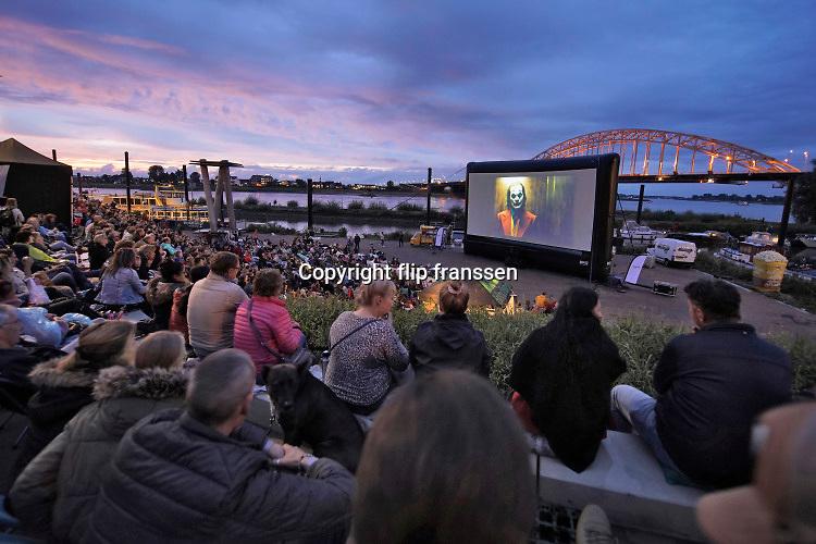 Nederland, the Netherlands, Nijmegen, 17-8-2019 Openluchtbioscoop aan de vernieuwde Waalkade. Het Casino en bioscoop Pathe geven een openbare filmvoorstelling  . Het evenement wordt druk bezocht .Flip Franssen