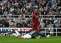 Photo: Andrew Unwin.<br /> Newcastle United v Bolton Wanderers. The Barclays Premiership. 15/10/2006.<br /> Newcastle's goalkeeper, Steve Harper, stretches to deny Bolton's Nicolas Anelka.