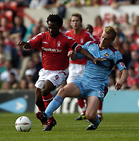 Fotball<br /> Championship 2004/05<br /> Nottingham Forest v West Ham¨<br /> 26. september 2004<br /> Foto: Digitalsport<br /> NORWAY ONLY<br /> West Ham's Luke Chadwick (R) tries to dispossess Forest's David Johnson