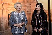 """Opening van de  tentoonstelling 'Petra. Wonder in de woestijn' in het Rijksmuseum van Oudheden in Leiden.<br /> <br /> Opening of the exhibition """"Petra. Miracle in the desert """"in the Museum of Antiquities in Leiden.<br /> <br /> Op de foto / On the photo :  Prinses Beatrix en de Jordaanse prinses Sumaya bint El Hassan  bekijken de tentoonstelling / Princess Beatrix and Jordan's Princess Sumaya bint El Hassan View the exhibition"""