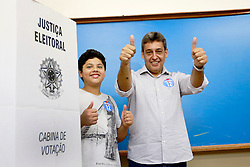 O candidato a vice-prefeito Sebastião Melo e seu filho João Arthur durantenvotação na zona 160, seção 481 do colégio Leonardo Da Vinci. FOTO: Jefferson Bernardes/Preview.com