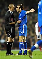 Fotball<br /> Premier League 2004/05<br /> Arsenal v Chelsea<br /> 12. desember 2004<br /> Foto: Digitalsport<br /> NORWAY ONLY<br /> Arjen Robben, Chelsea, diskuterer med dommer Graham Poll