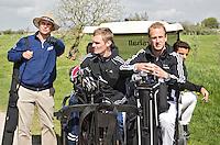 AMSTELVEEN - GOLF - John Bosman, Mirco Pruijser en Par 3 wedstrijd tussen vier voetballers en vier hockeyers, tijdens de Amsterdam Golf Show op de golfbaan van Amsteldijk.  De hockeyers zijn Valentin Verga, Billy Bakker, Mirco Pruijser , Robert Tiggesen  voetballers John Bosman, Barry van Galen, Mickey Van der Hart (Ajax) en Joël Veltman (Ajax). FOTO KOEN SUYK