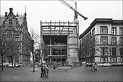 Nederland, Den Haag, 16-12-1989 Bij het Binnenhof, centrum van de nederlandse politiek, wordt gewerkt aan de nieuwe vergaderzaal van de tweede kamer. Zicht vanaf het Plein op de nieuwe ingang, entree, toegang.. Foto: Flip Franssen/Hollandse Hoogte