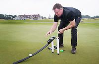 SPIJK - NIALL RICHARDSON, hoofd greenkeeper met stimpmeter.  The Dutch .  Golfbaan THE DUTCH, COPYRIGHT KOEN SUYK