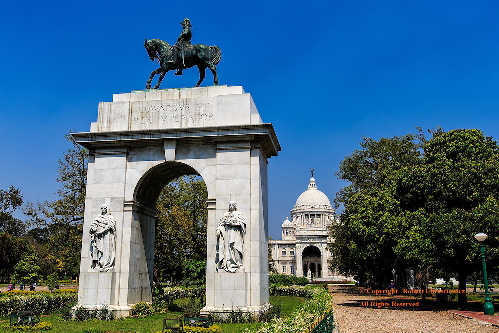 Victoria Monument: Victoria Monument as seen from the southern entrance and the grand archway dedicated to Edward VII, Kolkata (Calcutta) India.