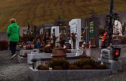 THEMENBILD - eine Frau an einem Grab. Am 1. November, gedenken Katholiken aller Menschen, die in der Kirche als Heilige verehrt werden. Das Fest Allerseelen am darauf folgenden 2. November, ist dem Gedaechtnis aller Verstorbenen gewidmet, aufgenommen am 30.10.2016, Kaprun, Oesterreich // A woman at a grave, on All Saints' Day 1st November, Catholics remember all people who are venerated as saints in the church. The festival Souls on the following second November is dedicated to the memory of all deceased, taken at the cemetery in Kaprun, Austria on 2016/10/30. EXPA Pictures © 2016, PhotoCredit: EXPA/ JFK