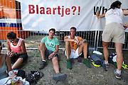 Nederland, Nijmegen, 18-7-2006..Lopers van de 4 daagse rusten uit bij de Rode Kruis tent  Later werd in Nijmegen bekend dat er wandelaars overleden zijn, en werd het evenement voor het eerst in haar geschiedenis afgelast...Foto: Flip Franssen/Hollandse Hoogte