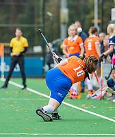 BLOEMENDAAL  - scoop van Demi Hilterman (Bldaal) tijdens de hoofdklasse competitiewedstrijd vrouwen , Bloemendaal-Pinoke (1-2) . COPYRIGHT KOEN SUYK