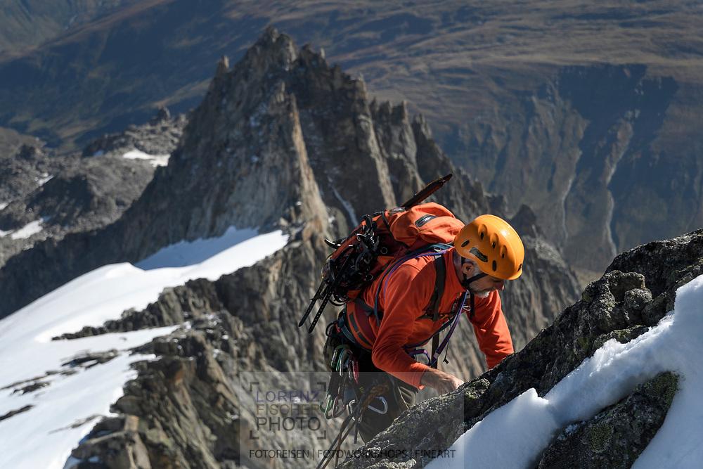 Ein Alpinist klettert im oberen Teil des SE-Grats des Galenstocks, Furka, Uri, Schweiz<br /> <br /> An alpinists is climbing in the upper parts of the SE-Ridge of the Galenstock, Furka, Uri, Switzerland