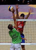 Sandvollyball<br /> 3. August 2012<br /> Olympiske Leker , London<br /> åttendelsfinale<br /> Norge - Latvia 0 - 2<br /> Plavins (L) , Latvia<br /> Martin Spinnangr (R) , Norge<br /> Foto : Astrid M. Nordhaug