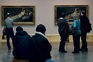 Turistas visitando el museo del Prado de Madrid