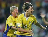 Fotball<br /> Euro 2004<br /> 18.06.2004<br /> Foto: Witters/Digitalsport<br /> NORWAY ONLY<br /> <br /> Sverige v Italia 1-1<br /> <br /> Markus ALLBÄCK hinten , Torschütze Zlatan IBRAHIMOVIC
