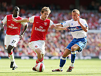 Photo: Chris Ratcliffe.<br />Arsenal v Middlesbrough. The Barclays Premiership. 09/09/2006.<br />Lee Cattermole (R) of Middlesbrough clashes with Alexander Hleb of Arsenal.