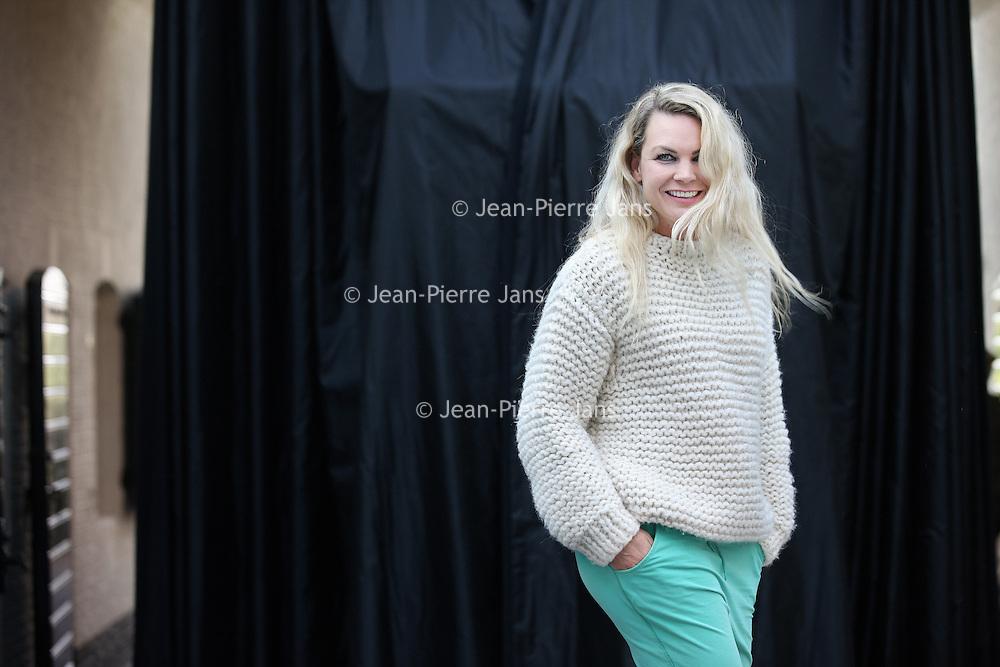 Nederland, Naarden , 25 november 2013.<br /> Jildou van der bijl, hoofdredacteur van het magazine LINDA. In het verleden was zij onder meer hoofdredacteur van Nieuwe Revu.<br /> Van der Bijl studeerde journalistiek aan de Christelijke Hogeschool Windesheim in Zwolle. Zij liep in 1994 stage bij Nieuwe Revu en bleef daar werken. In 1998 vertrok zij naar het ministerie van Buitenlandse Zaken. Zij ging leiding geven aan Move Your World, de jongerenorganisatie van Ontwikkelingssamenwerking. In april 1998 keerde ze naar Nieuwe Revu terug en een jaar later werd zij hoofdredacteur. In 2004 maakte Van der Bijl de overstap naar de uitgeverij Mood for Magazines.<br /> Foto:Jean-Pierre Jans