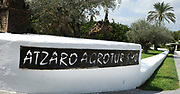 Entree van de trouwlocatie van Wendy van Dijk en Erland Galjaard op Ibiza. Het Agroturismo Atzaró bevindt zich in een sinaasappelboomgaard op het platteland van Ibiza. Dit mooie, landelijke hotel beschikt over een klein buitenzwembad en een kleine spa.