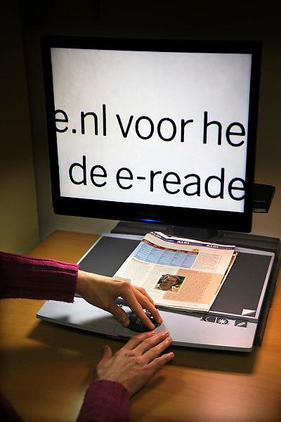 Nederland, Nijmegen, 28-10-2010Een doof-blinde vrouw woont thuis bij haar moeder en beschikt over moderne hulpmiddelen, zoals een computer, een leesloupe en een trilwekker in bed.Foto: Flip Franssen