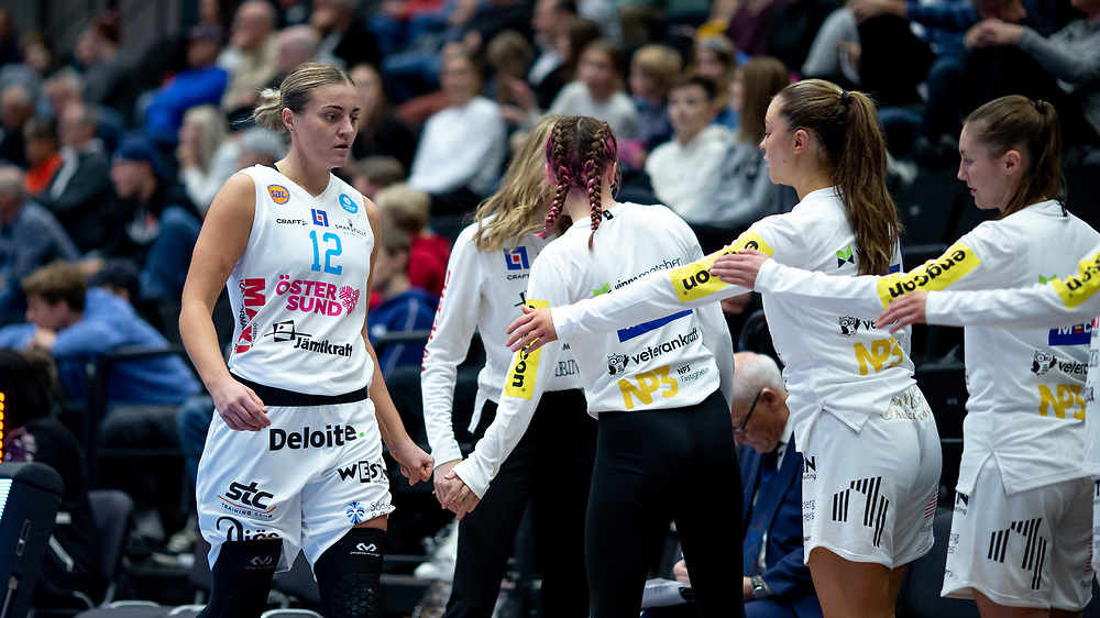ÖSTERSUND 20210925<br /> Östersunds Moa Lundqvist byter under lördagens match i Basketligan mellan Östersund Basket och Uppsala Basket i Östersunds Sporthall<br /> <br /> Foto: Per Danielsson/Projekt.P