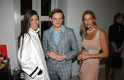Left to right, ELIZABETH SALTZMAN, HAMISH BOWLES and INDIA HICKS  at a party to celebrate the launch of India Hick's 'Island Living' range of frangrance and beauty products in association with Crabtree & Evelyn held at The Hempel, Craven Hill Gardens, London on 22nd November 2006.<br /><br />NON EXCLUSIVE - WORLD RIGHTS
