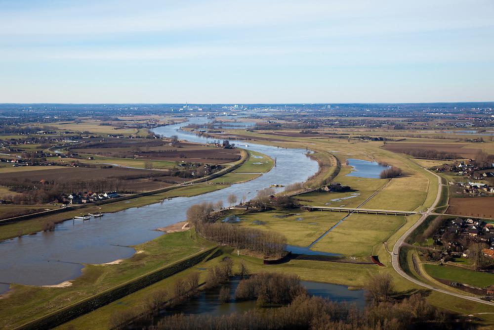 Nederland, Gelderland, Gelderse Poort, 07-03-2010; 'de groene rivier',  bij Pannerden tussen Pannerdensch Kanaal (vertakking van de Rijn) en de Galgendaalse Dijk. Bij hoogwater gaat de overlaat (onder in beeld, achter de plas) functioneren en stroomt rivierwater ook door dit gebied..'Green river' at Pannerden, between Pannerdensch Canal (branch of the Rhine) and Galgendaalse Dike, in case of high waters the spillway starts to fuction and the area is flooded..luchtfoto (toeslag), aerial photo (additional fee required).foto/photo Siebe Swart