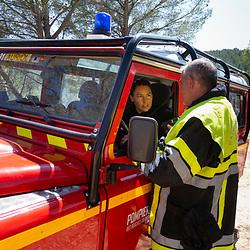Suivi de l'activité d'un GIFF (Groupe d'Intervention Feu de Forêt) prédisposé par le centre opérations du SDIS 13 à proximité de massifs où le risque de départ de feux est important durant la saison estivale. Un groupe est constitué de 4 CCF et du VLTT du chef de groupe. Le GIFF est déclenché par le CODIS sur un départ de feu dans la pinède à quelques minutes de route de sa position, le temps d'arriver, l'hélicoptère loué par les Bouches-Du-Rhône a pu procéder à un larguage de retardant, les sapeurs-pompiers terminent néanmoins l'extinction de la pinède en devers surplombant la route. Août 2021 / Bouches-du-Rhône (13) / FRANCE<br /> Voir toutes les photos de ce reportage (89 photos) https://sandrachenugodefroy.photoshelter.com/gallery/2021-08-GIFF-du-SDIS13-Complet/G0000lDeWrBxRkHY/C0000yuz5WpdBLSQ