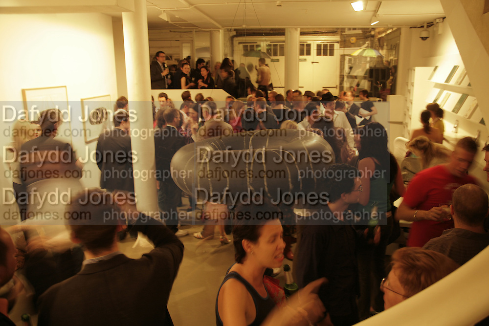 Al Taylor private view. Haunch of Venison. London. 13 September 2006. ONE TIME USE ONLY - DO NOT ARCHIVE  © Copyright Photograph by Dafydd Jones 66 Stockwell Park Rd. London SW9 0DA Tel 020 7733 0108 www.dafjones.com