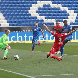 Ihlas Bebou (TSG 1899 Hoffenheim) erzielt dass 1:0, Torwart Moritz Nicolas und Neven Subotic (1.FC Union Berlin) können es nicht verhindern<br /> <br /> Sport: Fussball: Bundesliga: Saison 19/20: TSG 1899 Hoffenheim-1.FC Union Berlin, 20.06.2020.<br /> <br /> Foto: RALF POLLER/AVANTI/POOL/PIX-Sportfotos<br /> <br /> Nur für journalistische Zwecke! Only for editorial use! <br /> Gemäß den Vorgaben der DFL Deutsche Fußball Liga ist es untersagt, in dem Stadion und/oder vom Spiel angefertigte Fotoaufnahmen in Form von Sequenzbildern und/oder videoähnlichen Fotostrecken zu verwerten bzw. verwerten zu lassen. DFL regulations prohibit any use of photographs as image sequences and/or quasi-video.