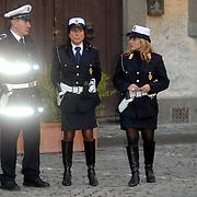 ITA/Bracchiano/20061118 - Huwelijk Tom Cruise en Katie Holmes, 2 vrouwelijke carabiennieri