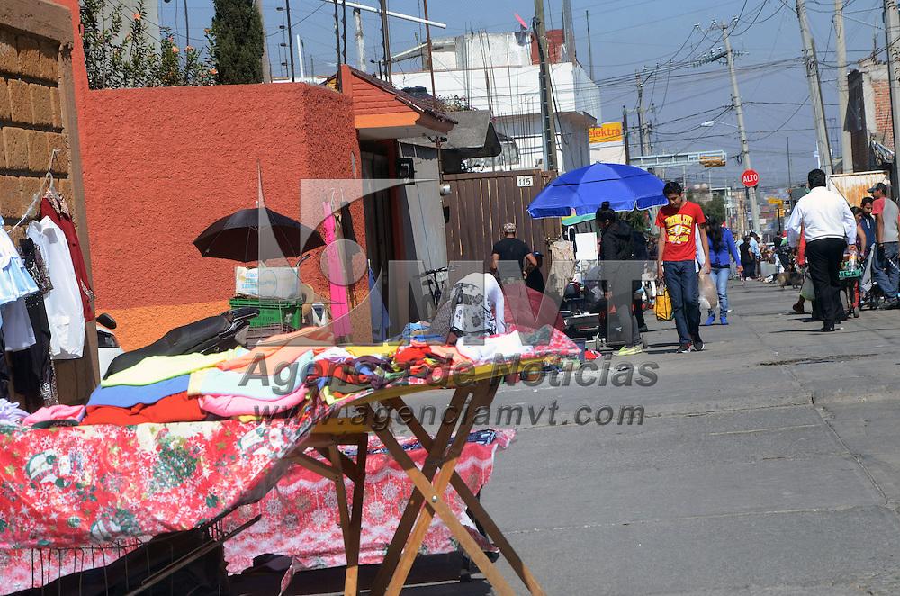 TOLUCA, Mexico (Noviembre 26, 2016).- Ha crecido el tianguis de chácharas de fin de semana en la colonia el Seminario, mucha gente acude a comprar cosas usadas y nuevas en este tradicional tianguis. Agencia MVT. José Hernández.