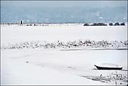 Nederland, Ooij, 23-12-2010Sneeuwlandschap. Vrouw loopt met hond over de dijk.Foto: Flip Franssen/Hollandse Hoogte